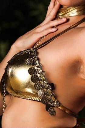 Slanke Indiase escort Nina met volle borsten